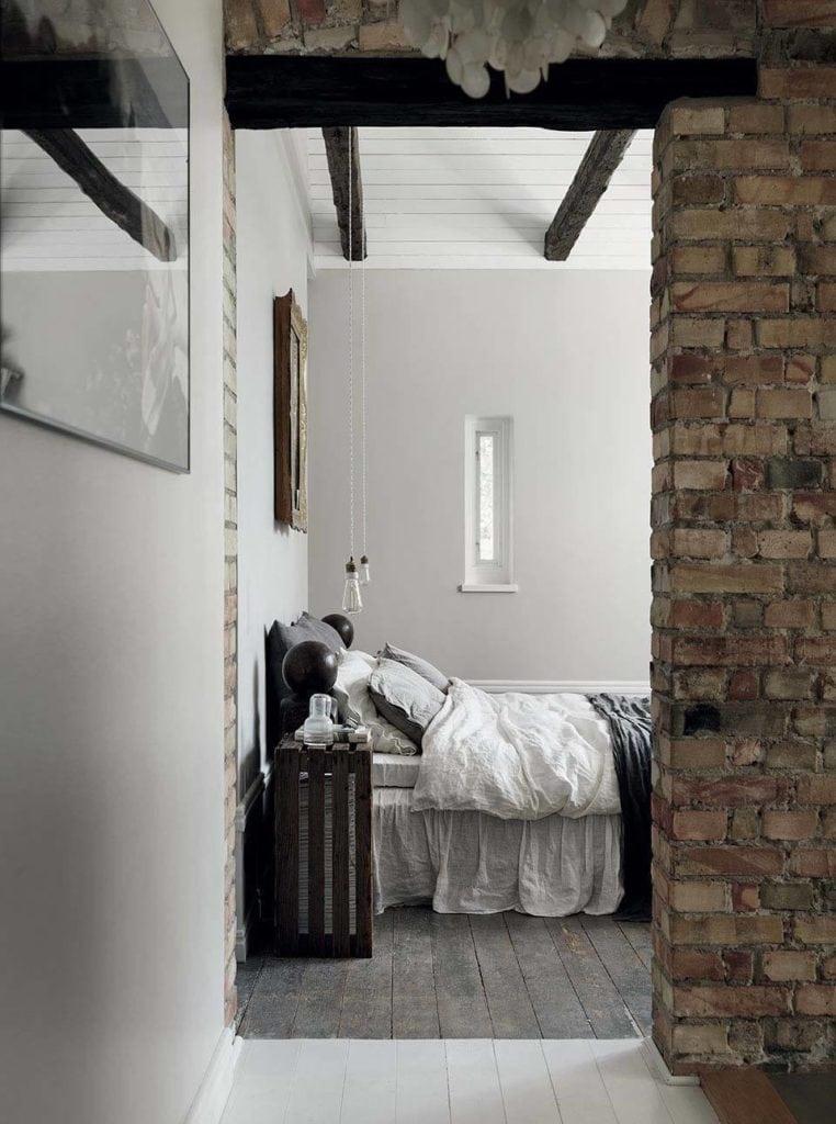 drewniane belki w sypialni