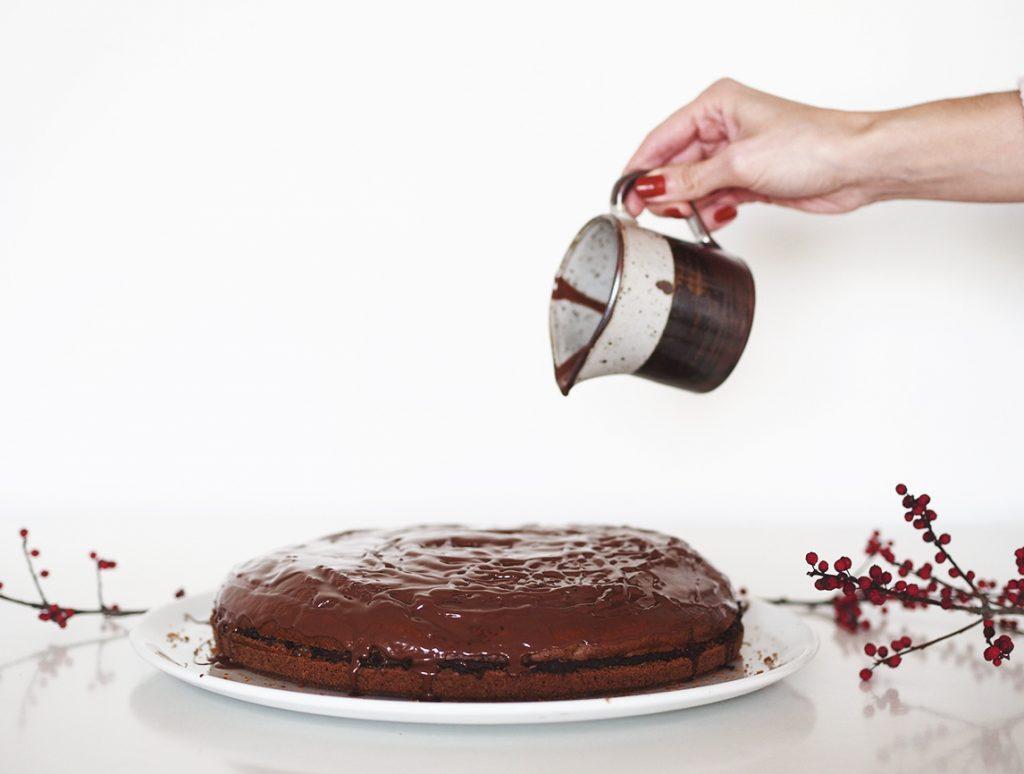 wegański tort z polewą czekoladową