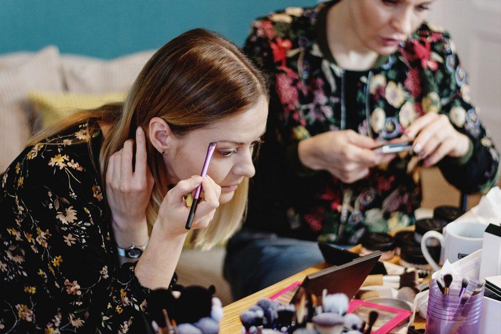 makijaż mineralny brwi