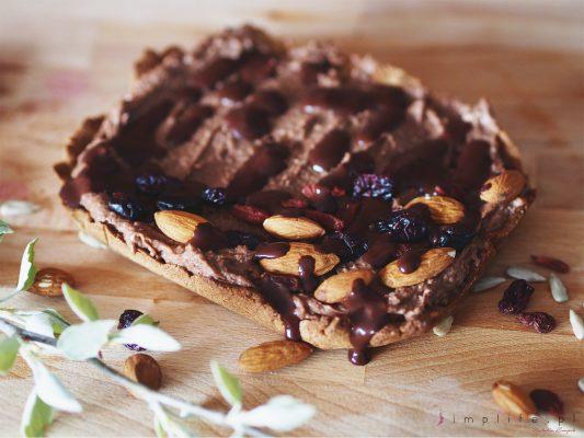 Wegański mazurek bezglutenowy z czekoladową masą jaglaną.