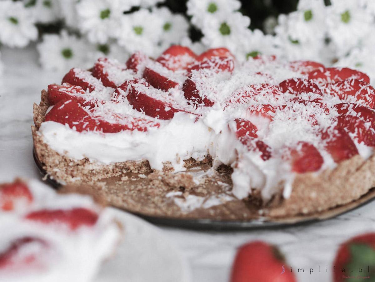 wegańska tarta z truskawkami i śmietaną